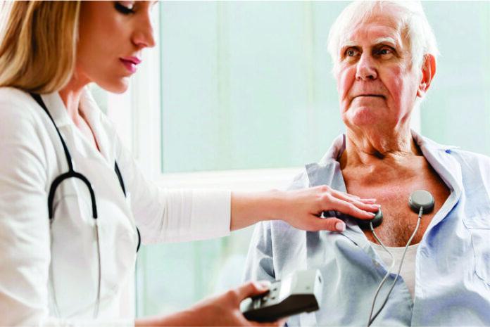 Imagen doctora revisando el corazón de un anciano